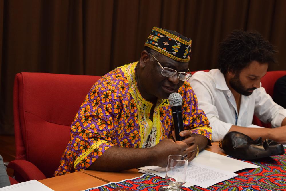 O coordenador do projeto de pesquisa do Afrodom Sébastien Kiwonghi Bizawu durante seminário.