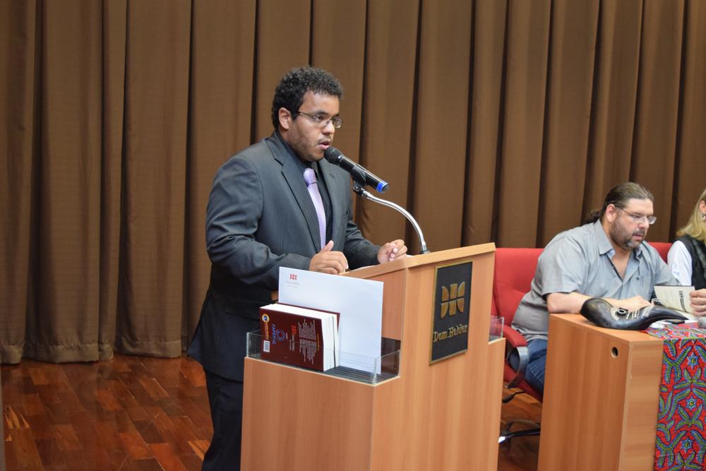 Integrante do grupo de pesquisa faz apresentação durante seminário.