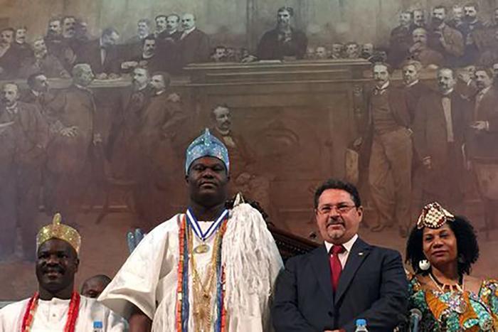 Rei de Ifé, na Nigéria, Ojaja ll, é homenageado com a entrega da Medalha Tiradentes.