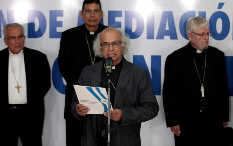 O cardeal Leopoldo Brenes (C) lê comunicado da Conferência Episcopal após encontro com o presidente da Nicarágua, Daniel Ortega, em Manágua, capital do país, em 7 de junho de 2018