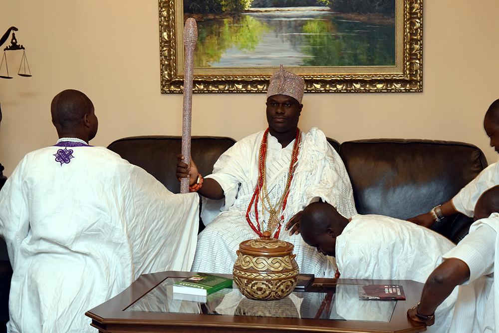 O rei nigeriano de Ilê-Ifé, Oba Adeyeye Enitan Ogunwusi na sala da vip da Dom Helder