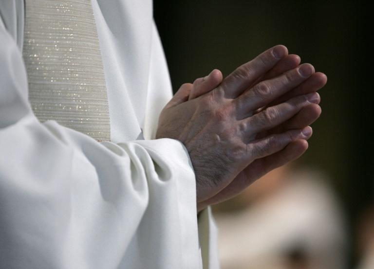 Um sacerdote reza na catedral de Notre-Dame de Paris, em 24 de junho de 2006