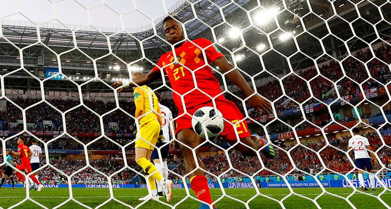 A bola se recusou a obedecê-lo, chocou-se violentamente contra a trave e explodiu em seu rosto. (Fabrizio Bensch / Reuters)
