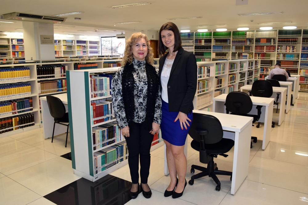 Professora Aline Oliveira e Davina Márcia de Souza na Biblioteca Arnaldo Oliveira.