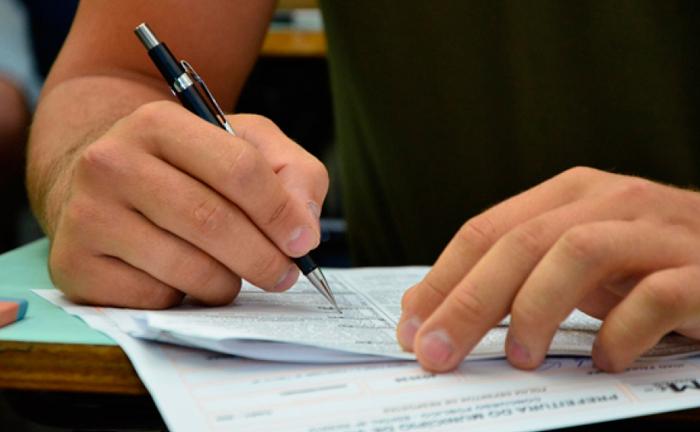 Cada concurso possui um edital próprio, no qual constam os requisitos a serem observados pelos candidatos.