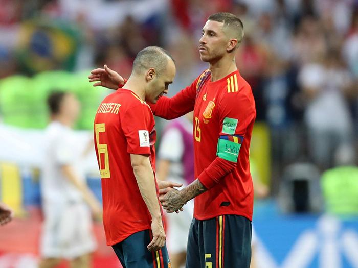 Sérgio Ramos e Iniesta após derrota para a Rússia nos pênaltis.