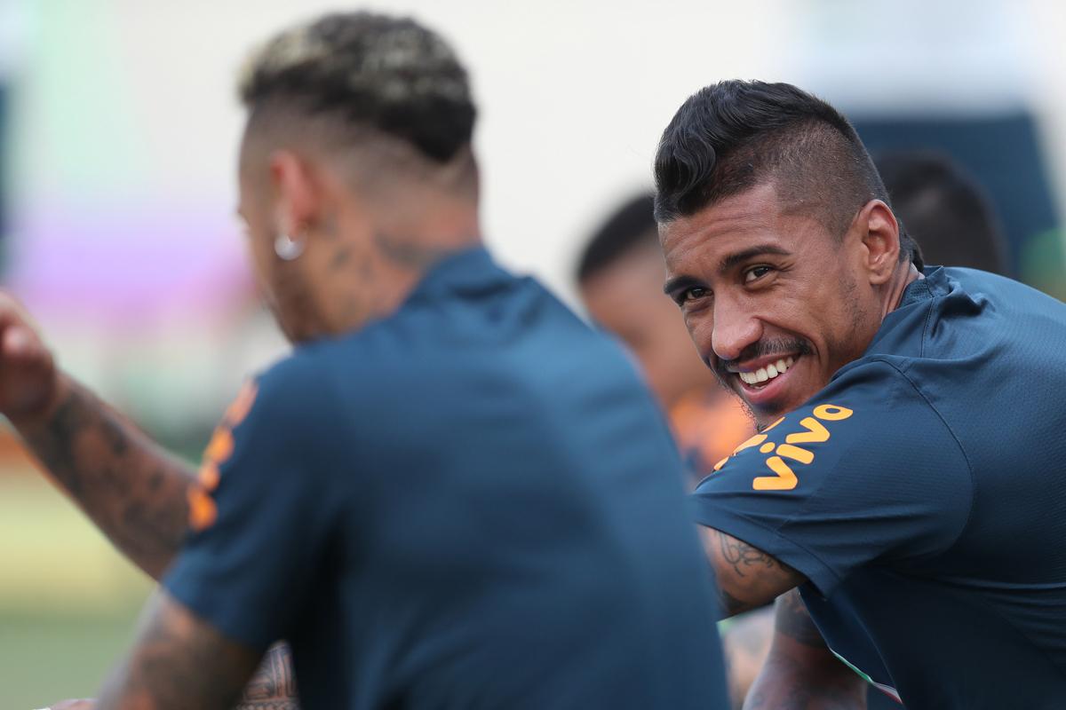 Paulinho terminou o duelo contra o México reclamando de dores nas costas