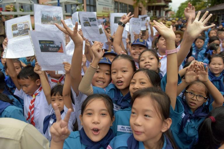 Estudantes comemoram em frente ao hospital onde os meninos estão internados