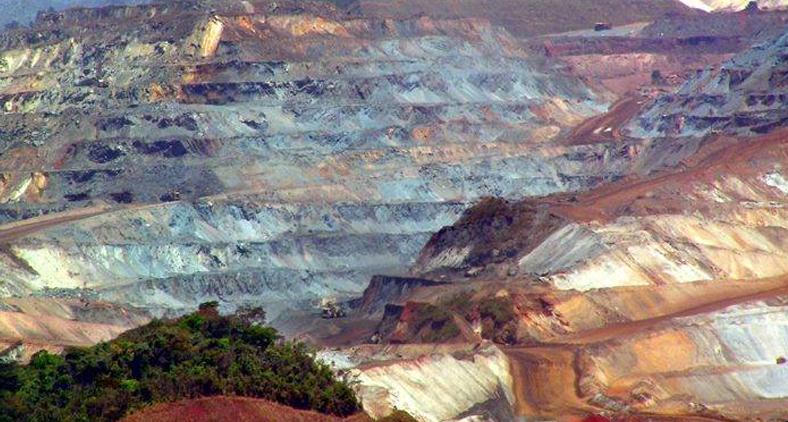O minério extraído no solo itabirano há 76 anos se transforma em utilidades para povos de todos os países. (Roneijober Andrade e Marcos Caldeira Mendonça/Arquivo do Trem Itabirano)