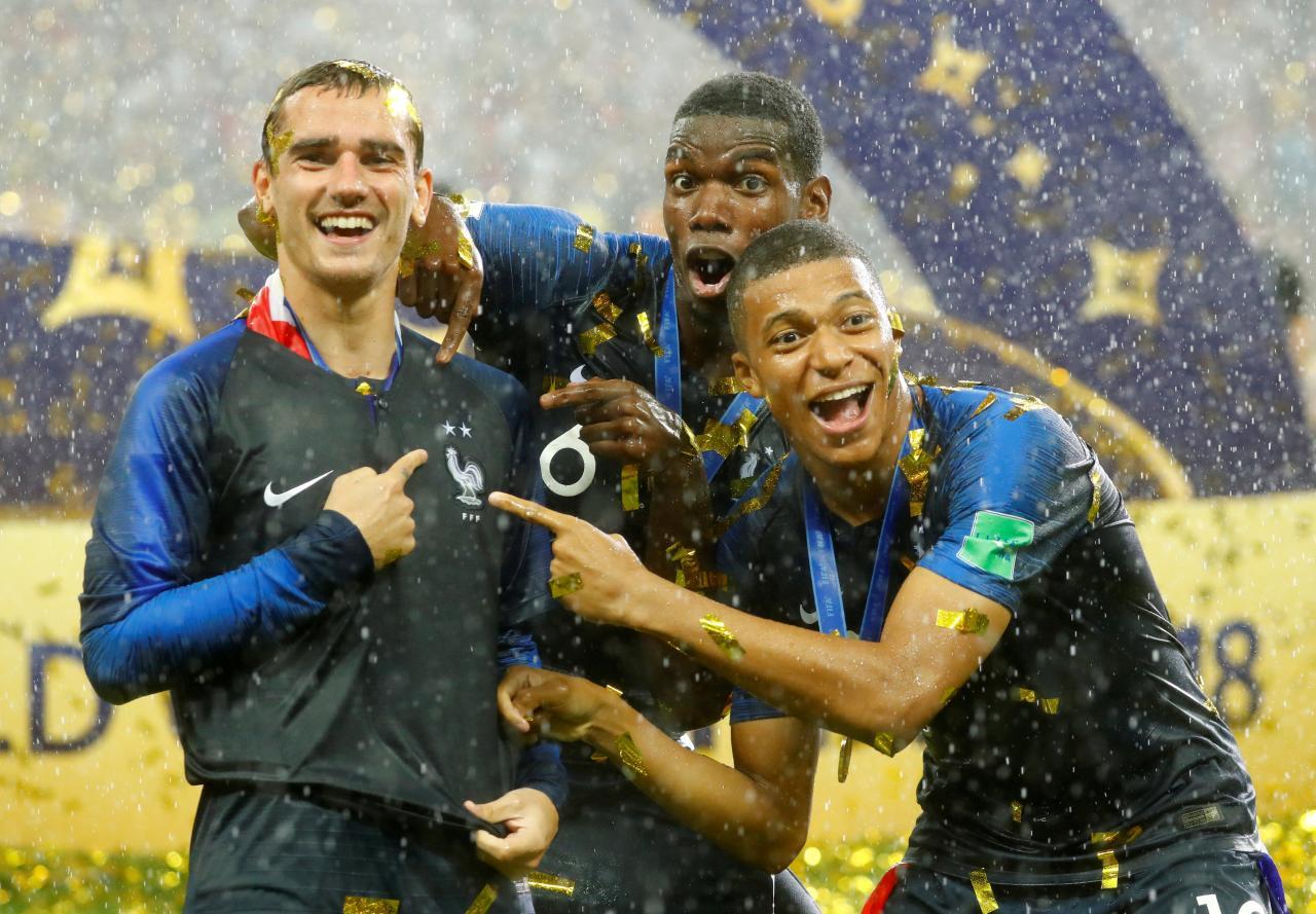 Franceses Griezmann, Pogba e Mbappé comemoram título mundial na Rússia.