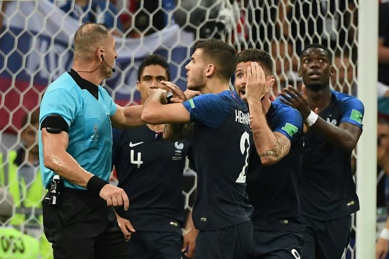 (15Jul) Jogadores da França pedem ao árbitro Nestor Pitana (E) o uso do VAR na final do Mundial contra a Croácia