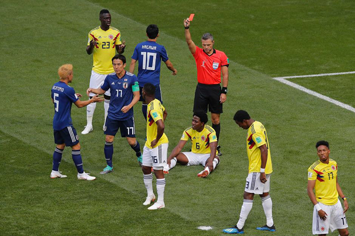 Colombiano Carlos Sanchez é expulso no jogo contra o Japão após colocar a mão na bola.