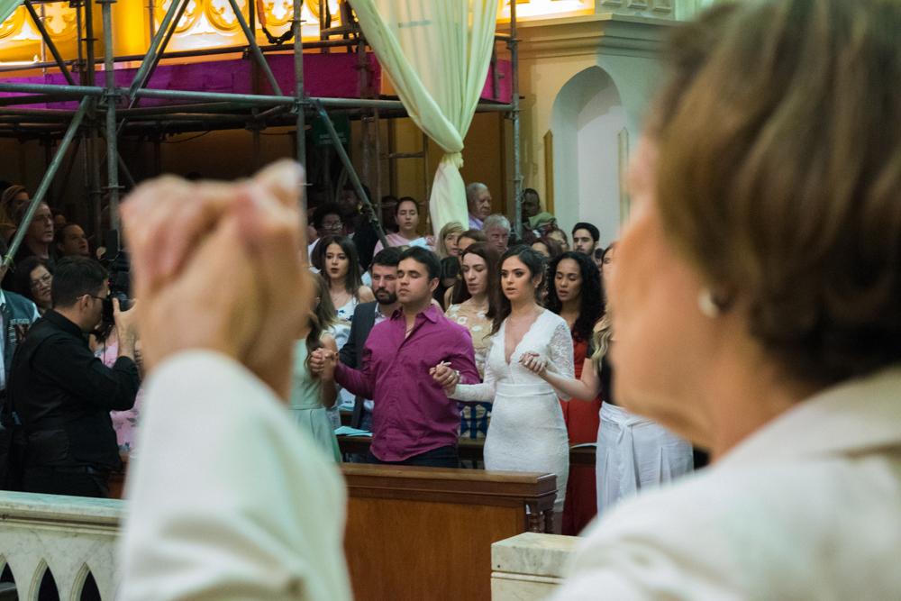 De mãos unidas, a oração do Pai-nosso.