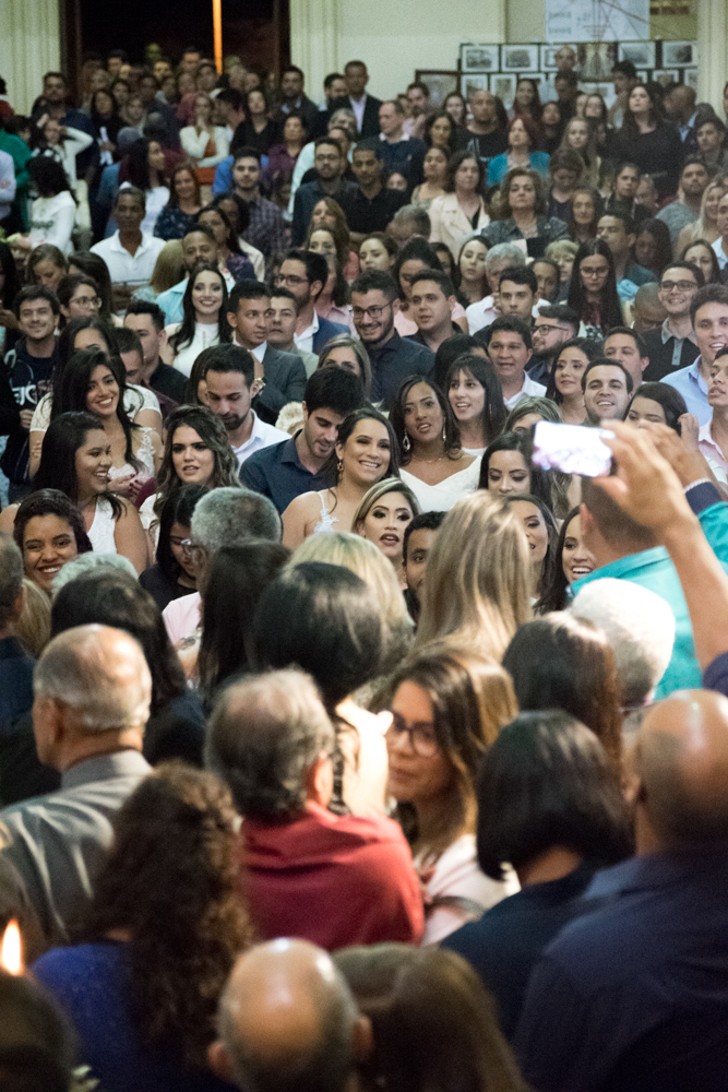 Pais e mães vão ao presbitério da Igreja para receberem homenagem dos formandos.