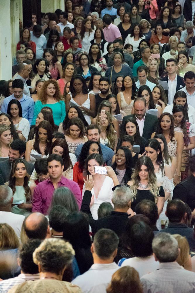 Formandos cantam para seus pais durante a Missa.