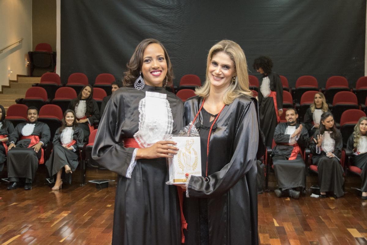 Scarlett Camila da Silva entrega homenagem a patronesse Adriana Freitas Camatta.