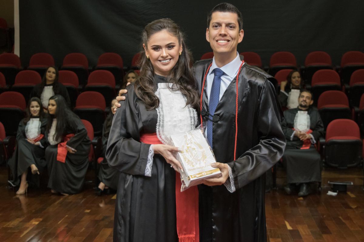 Fernanda Miranda Santos faz homenagem ao professor Bruno Fabrício da Costa.