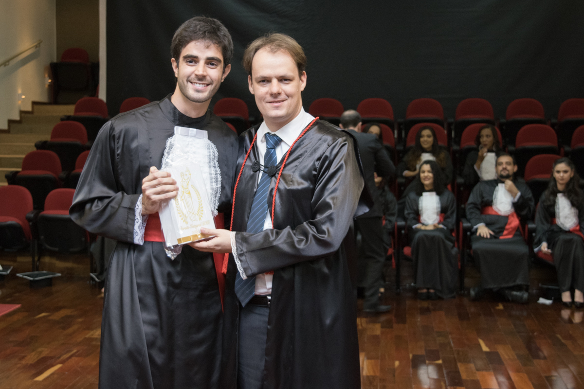 João Henrique Oliveira Castro entrega homenageia Maurício Lopes de Paula.