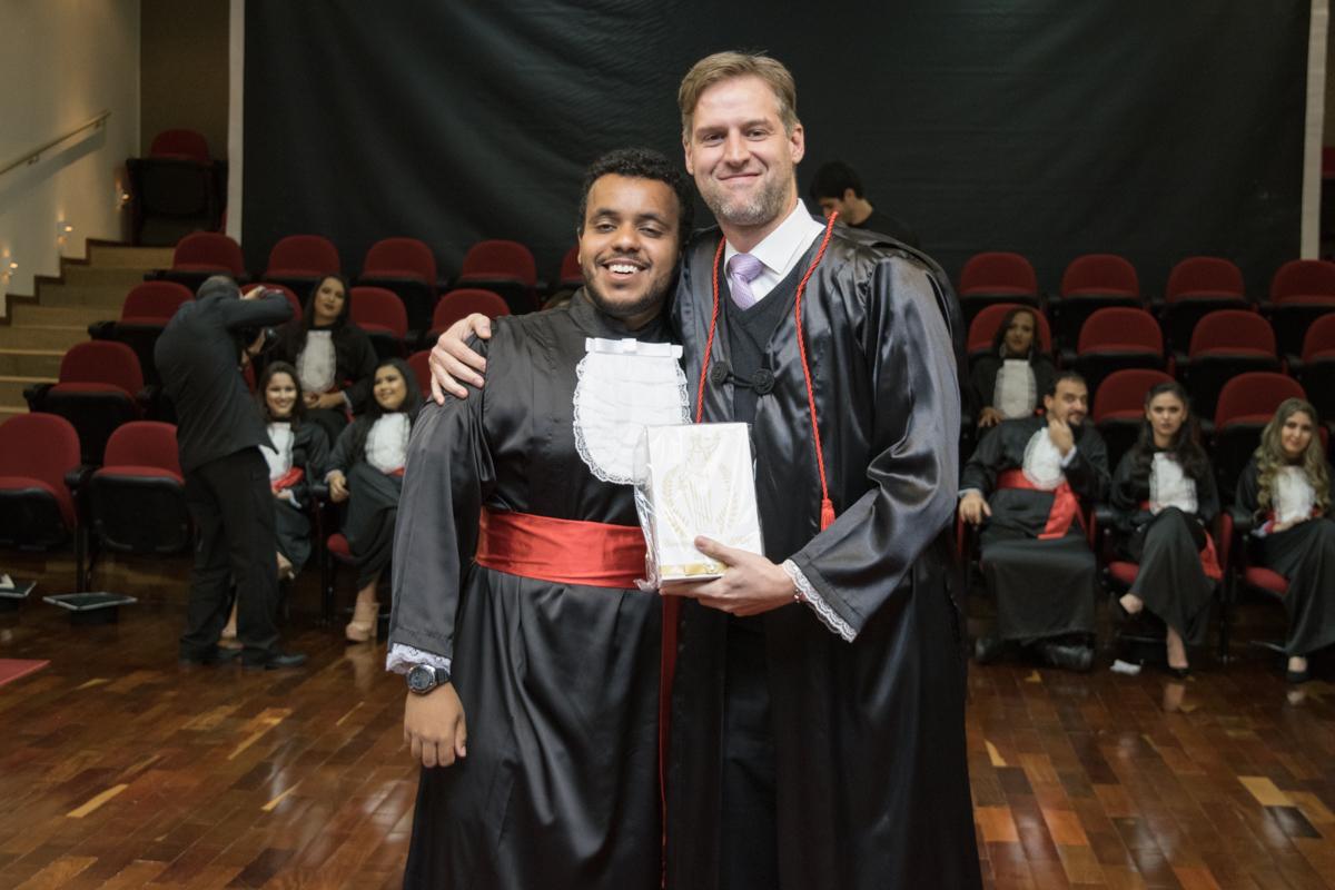 André Luiz Bruno de Alencar entrega homenagem a Renato Campos Andrade.