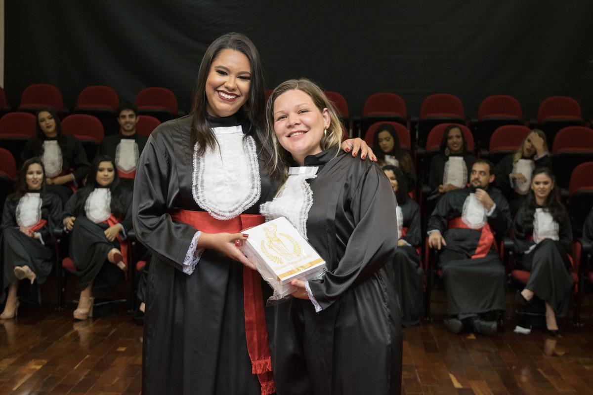 Ana Carolina Costa de Araújo homenageia a funcionária Paloma Freire Bremer Damico.