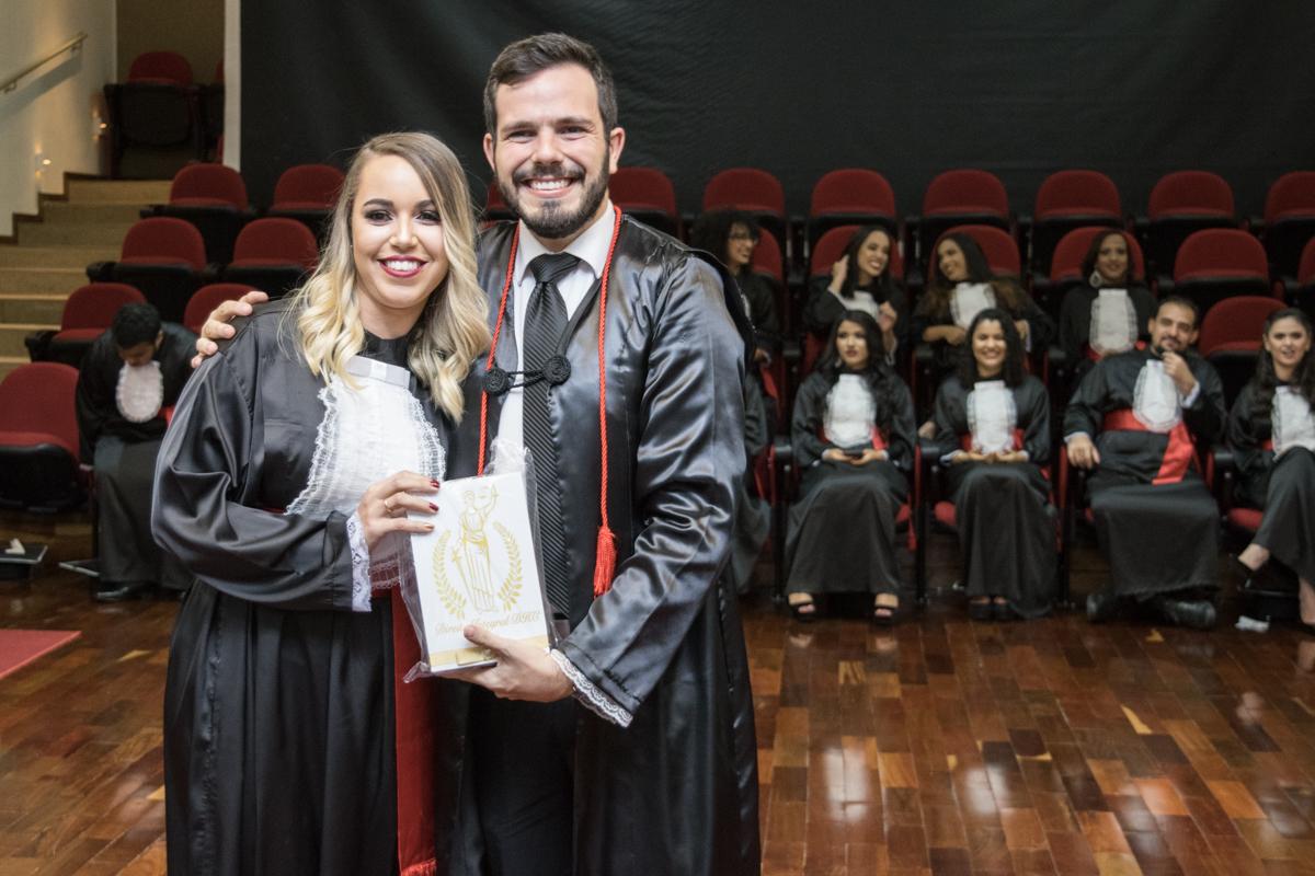 Thábata Celestino Melo homenageia o professor Thiago Loures Machado Moura Monteiro.