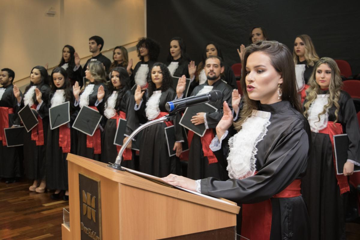 Bárbara Rezende Silveira Baia profere o juramento.