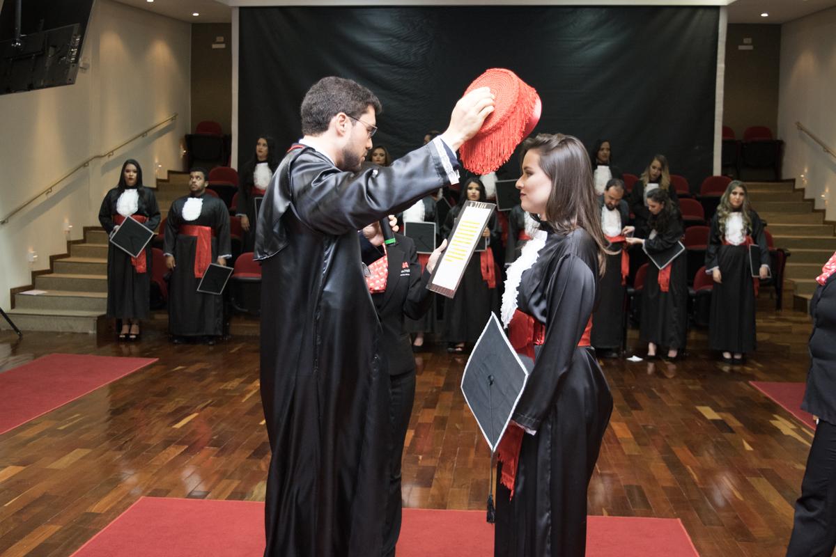 Coordenador do Direito Integral, professor Franclim Jorge Sobral, confere grau a Bárbara Rezende Silveira Baia.