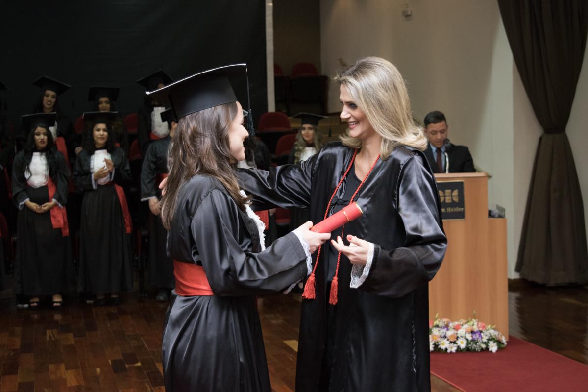 Patronesse da turma, professora Adriana Camatta acolheu os novos bacharéis em Direito.