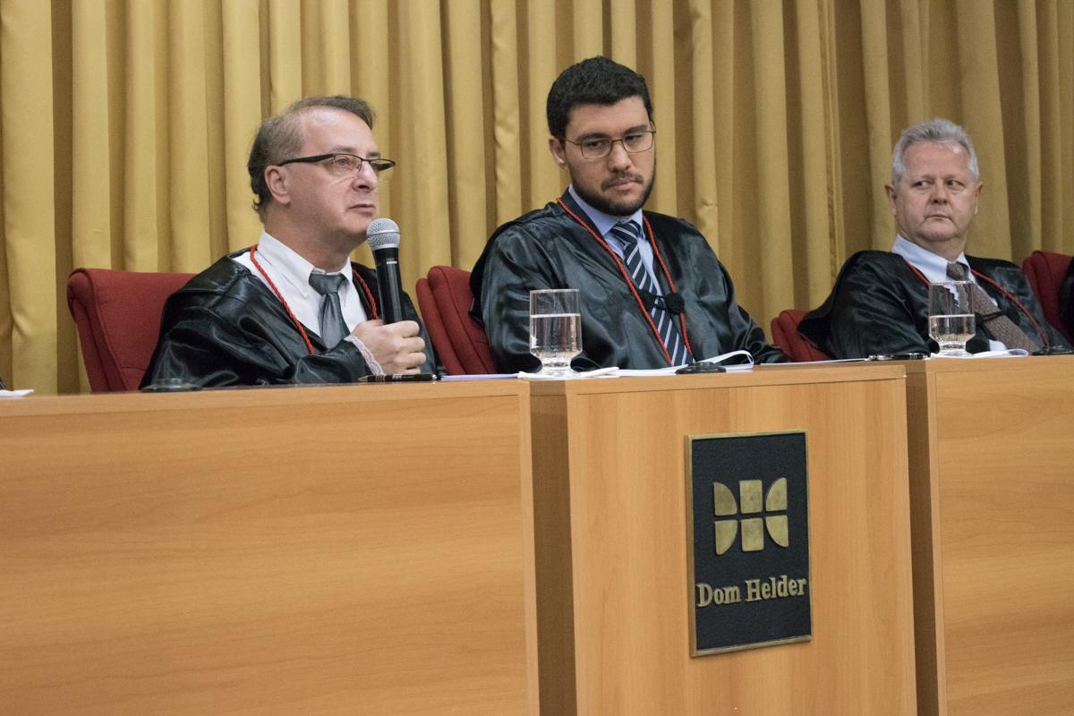 Reitor da Dom Helder, professor Paulo Stumpf, SJ, conclui os trabalhos da noite.