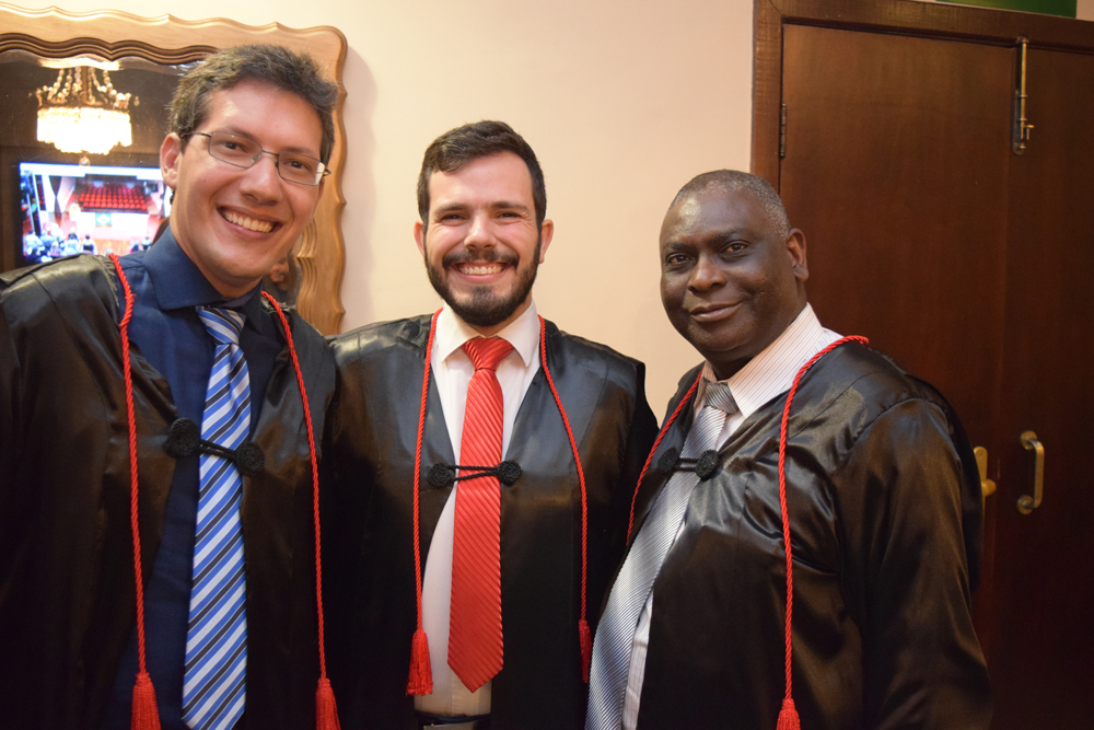 Os professores Pedro Elizer, Thiago Loures e o pró-reitor de pós-graduação Sebastien Kiwonghi Bizawu.