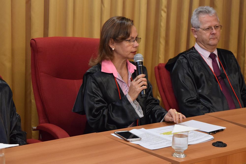 A pró-reitora de ensino Anacélia Santos Rocha faz a abertura da formatura