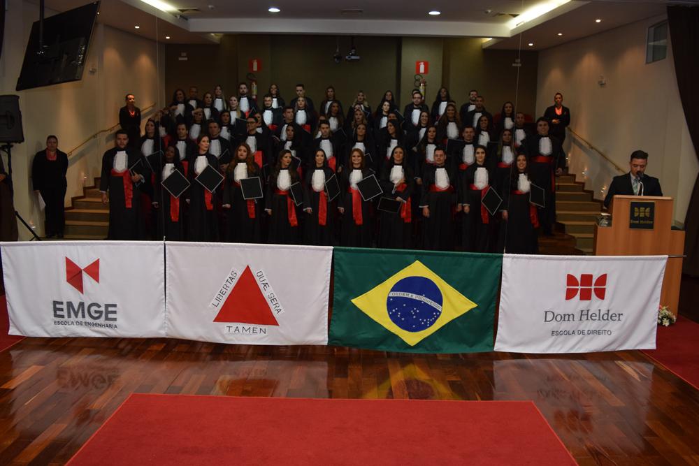 Formandos em posição para o Hino Nacional