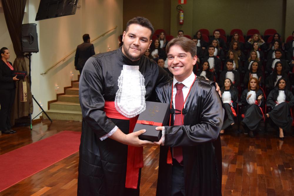 O formando Ado Silva Viana prestou homenagem ao professor Fernando Tolentino