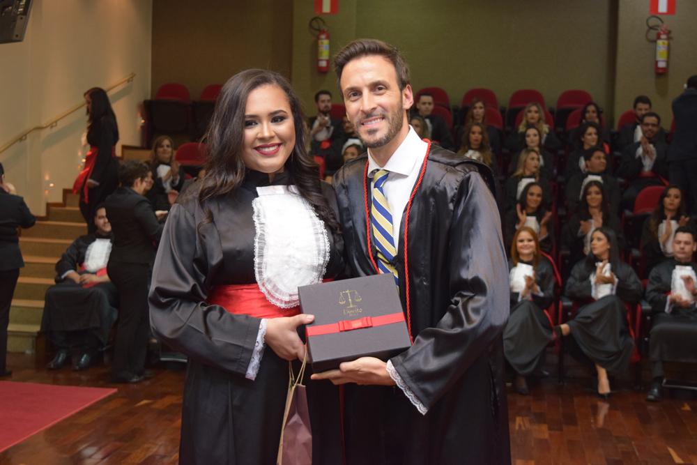 A formanda Maria Alzira Dias Neta prestou homenagem ao professor Luciano Costa Miguel