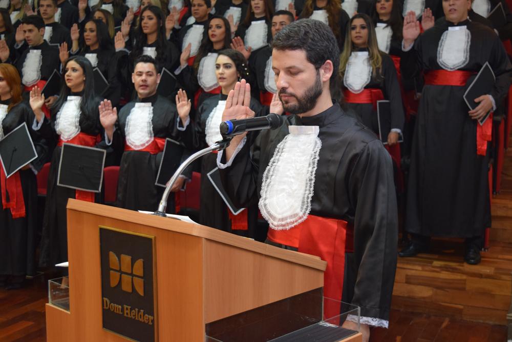 O formando aluno Tertullyano Marques Sousa fez o juramento com a turma do Direito Manhã