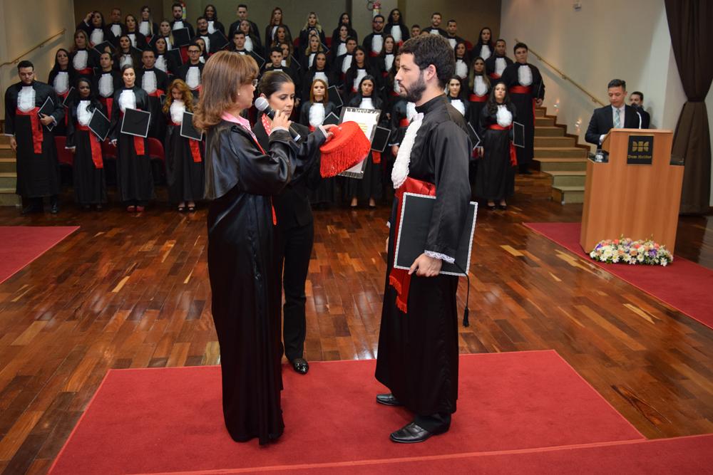 A pró-reitora de ensino Anacélia Santos Rocha conferiu grau ao aluno Tertullyano Marques Sousa.