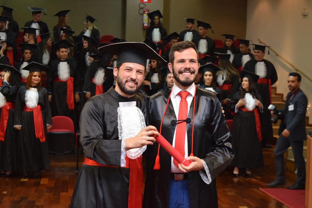 O patrono da turma do Direito Manhã, Thiago Loures, entrega o diploma ao aluno Tertullyano Marques Sousa