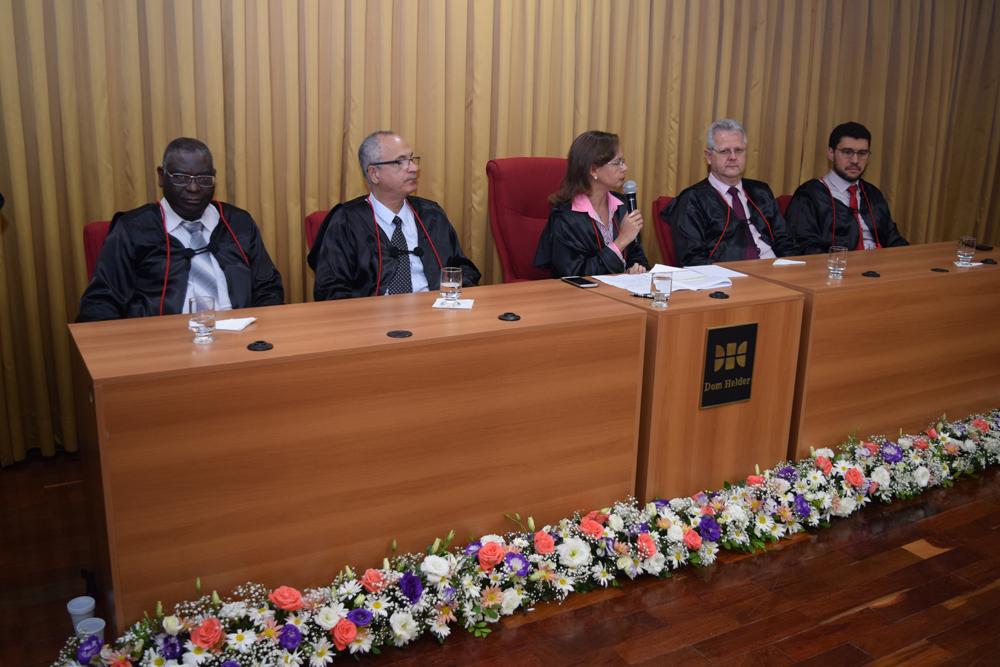 A pró-reitora de ensino Anacélia Santos Rocha encerra a formatura.