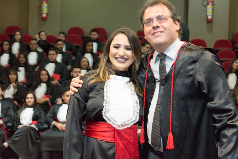 Formanda  Sabrine Oricio presta homenagem ao professor Marcelo Santoro.