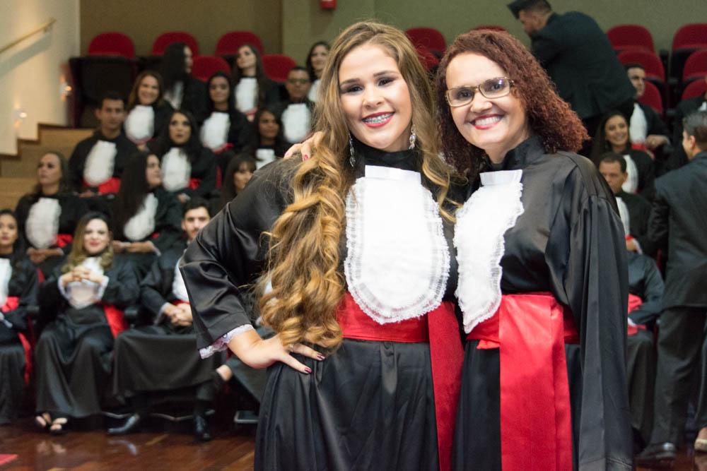 Formanda Suellen Motta preta homenagem a funcionária Jacqueline Maria da Silva.