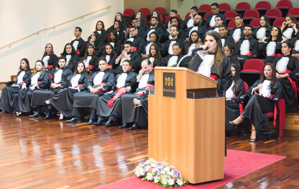 A formanda Larissa Cosso Alves discursou em homenagem aos ausentes.