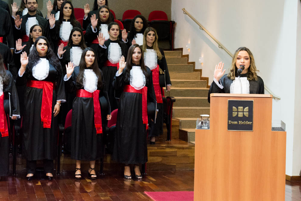 A formanda Tamires Caetano de Castro fez o juramento com a turma do Direito Noite.