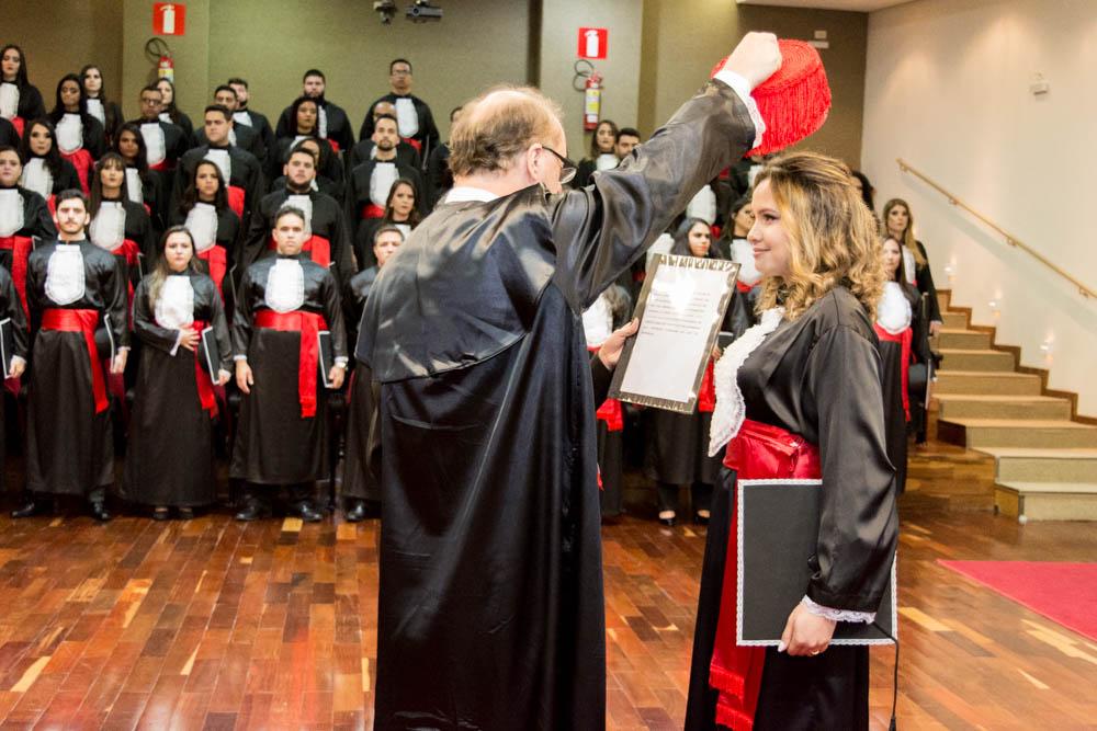 O pró-reitor da Dom Helder Escola de Direito, o professor Paulo Umberto Stumpf conferiu grau a formanda Tamires Caetano de Castro.