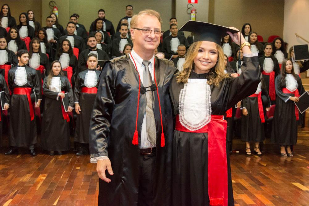 O pró-reitor da Dom Helder Escola de Direito, o professor Paulo Umberto Stumpf e a formanda Tamires Caetano de Castro.