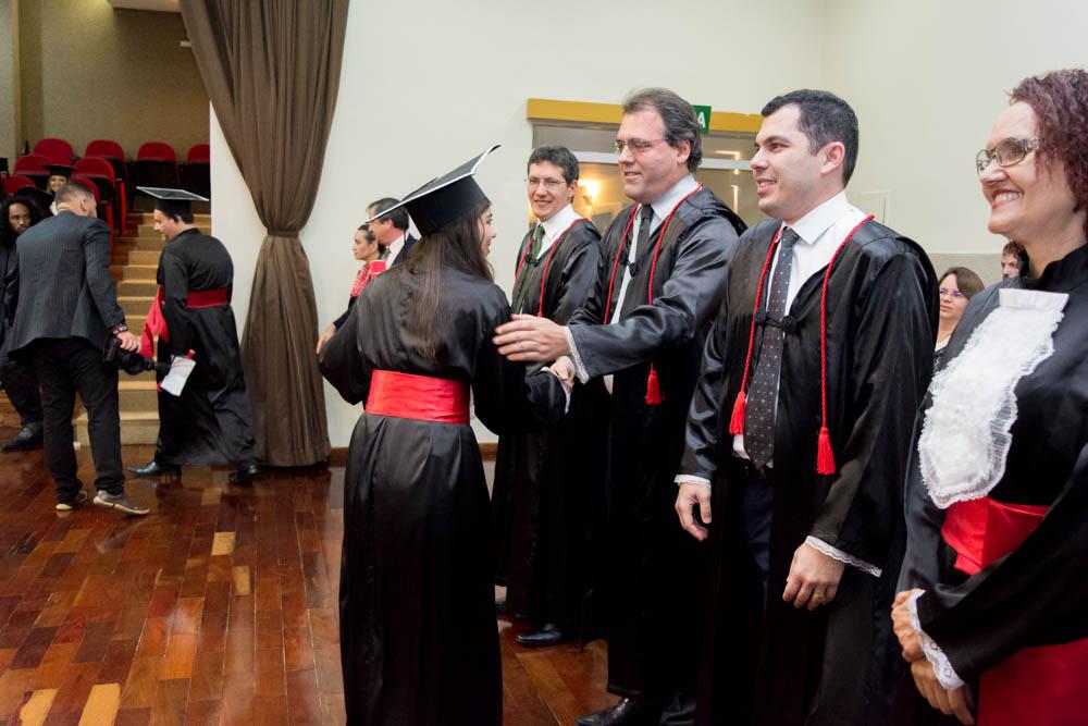 Formandos cumprimentam os professores e a funcionária Jaqueline.