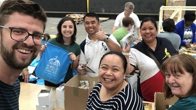 Voluntários do IX Encontro Mundial da Famílias já estão empenhados no trabalho.