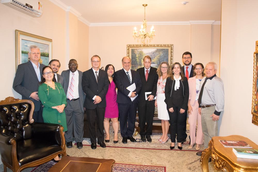 Juiz da Corte de Haia durante recepção na Sala Vip com membros do colegiado da Dom Helder e EMGE.