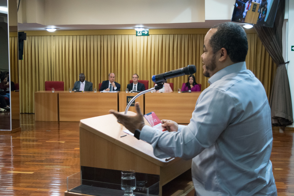 Professor Rogério Vieira, coordenador do projeto App DomLab explicou ao público detalhes do desafio.