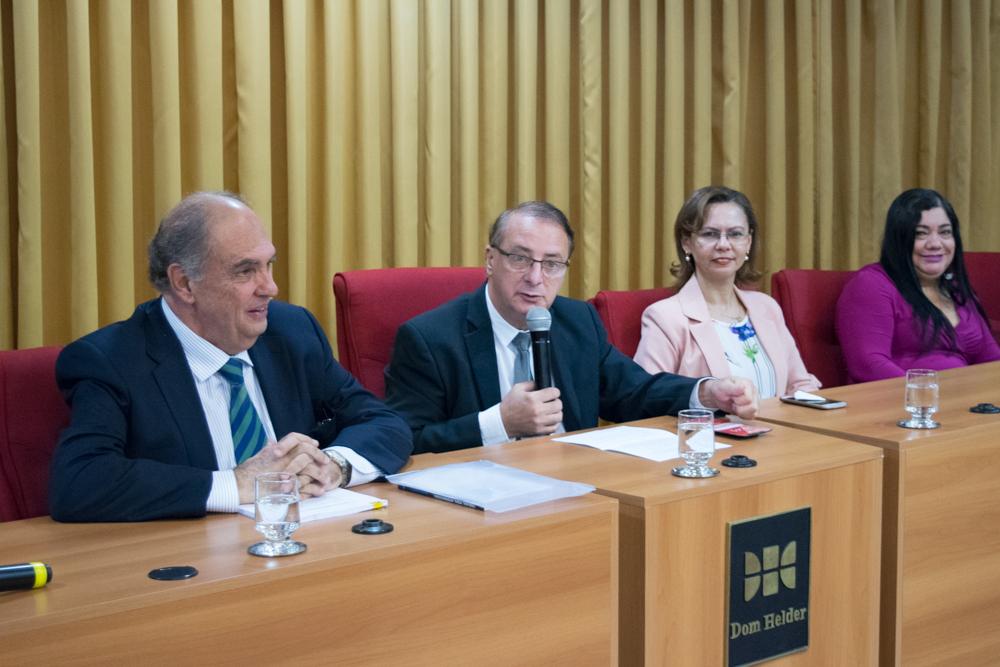 Reitor da Dom Helder, professor Paulo Umberto Stumpf, SJ, faz pronunciamento durante a solenidade.