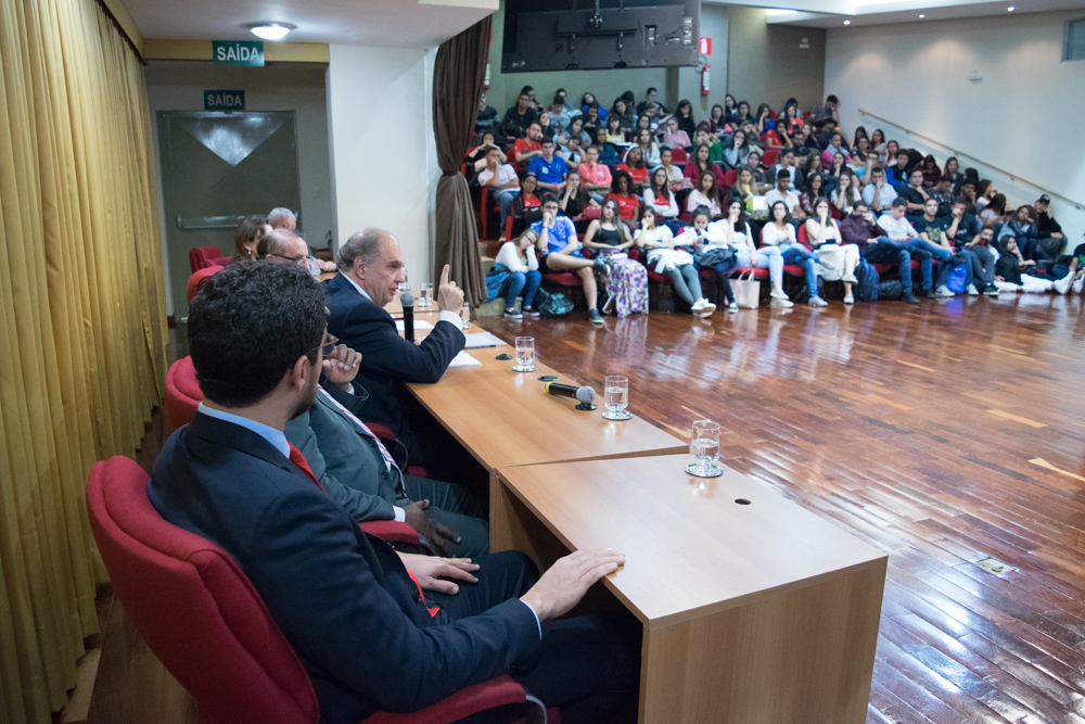 Juiz da Corte Internacional de Justiça Cançado Trindade profere aula magna em dia de lançamentos na Dom Helder.
